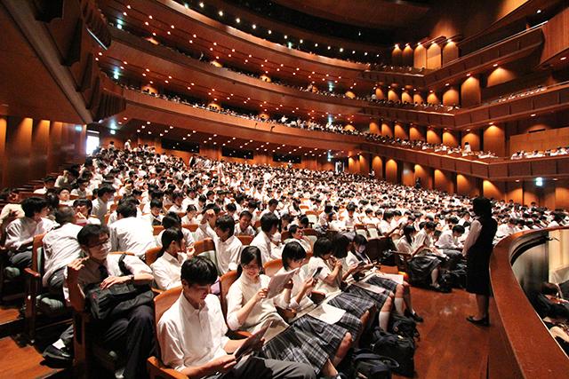 開演を待つ高校生たち。 写真提供:新国立劇場