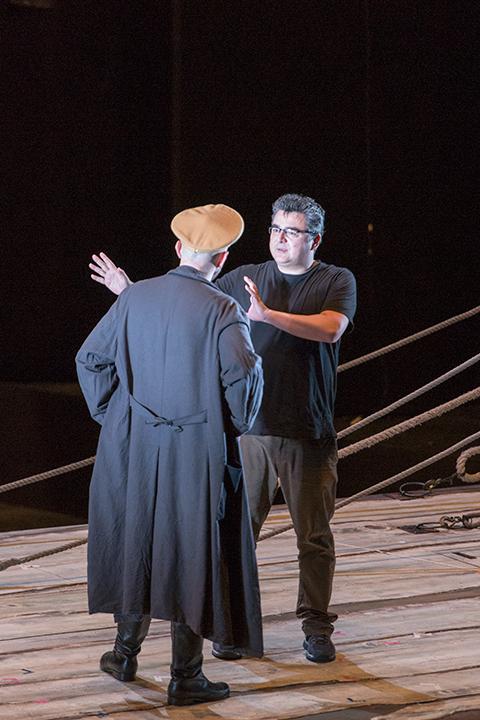 【ダーラント】ラファウ・シヴェク(左)に演技指導する演出のマティアス・フォン・シュテークマン(右)