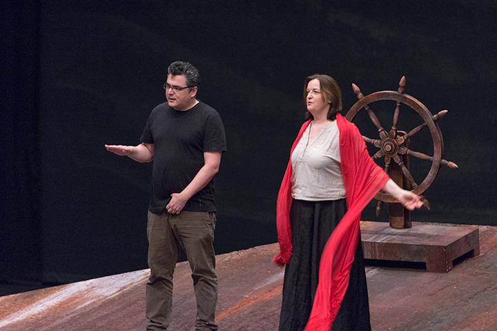 演技指導中の演出:マティアス・フォン・シュテークマン(左)と【ゼンタ】リカルダ・メルベート(右)