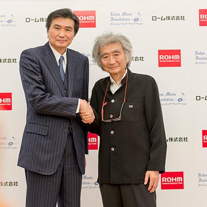 記者会見から、左:澤村諭・ローム株式会社代表取締役社長 右:小澤征爾  Photo:M.Terashi/Tokyo MDE