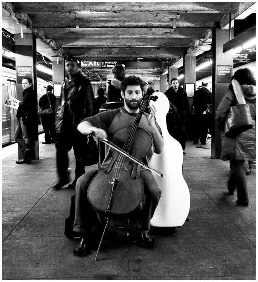 ニューヨークの地下鉄で演奏するデール・ヘンダーソン