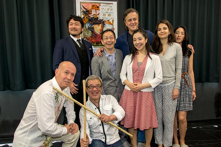 前列左から)井上道義、廣川三憲 後列左から)大山大輔、野田秀樹、小林沙羅、ナターレ・デ・カロリス、テオドラ・ゲオルギュー