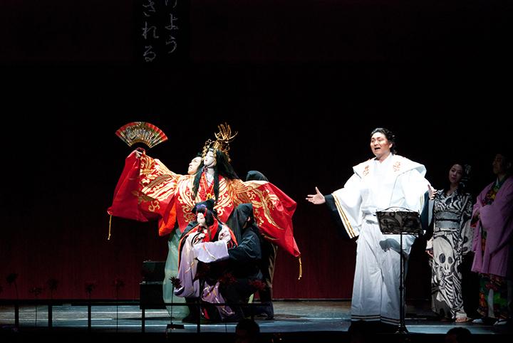 2011年東京芸術劇場シアターオペラ《イリス》からホリ・ヒロシによる人形の舞 Photo:M.Terashi