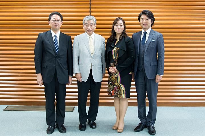 左から)山口毅(事務局長兼企画制作部長)、中山欽吾(理事長)、木下美穂子(ソプラノ)、成田博之(バリトン)