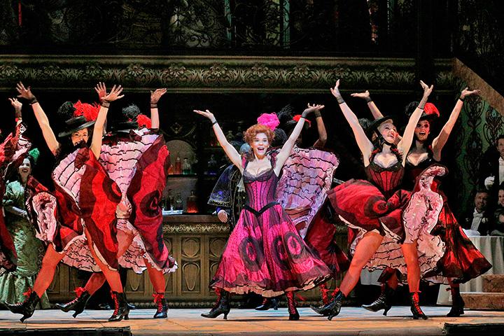 《メリー・ウィドウ》 (C) Ken Howard/Metropolitan Opera