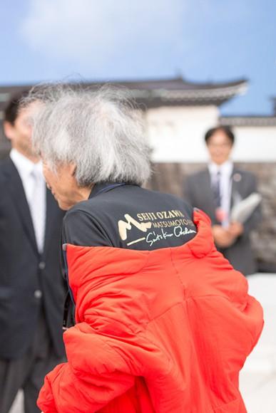 OMFのTシャツで会場入りした小澤征爾