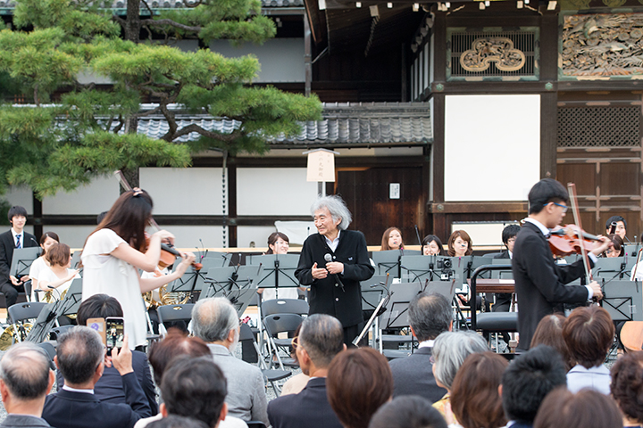 楽器を紹介、それぞれの楽器が演奏しながら登場すると、小澤も手拍子