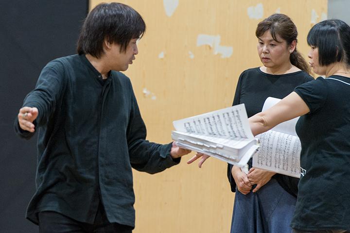 スコアを手に演技指導する深作健太 Photo:M.Terashi/TokyoMDE