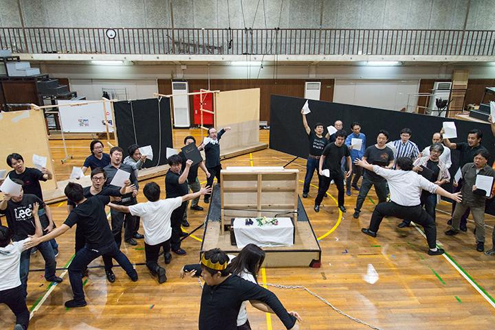 債権者たちに取り囲まれるポルクス(村上公太)とダナエ(林正子) Photo:M.Terashi/TokyoMDE