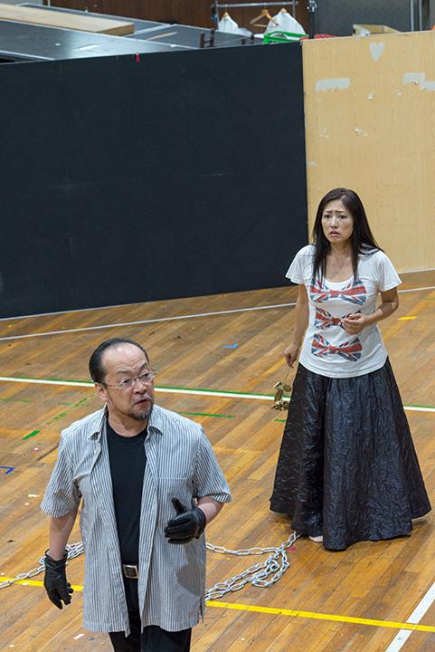 使者を名乗るミダス(福井敬)とダナエ(林正子) Photo:M.Terashi/TokyoMDE