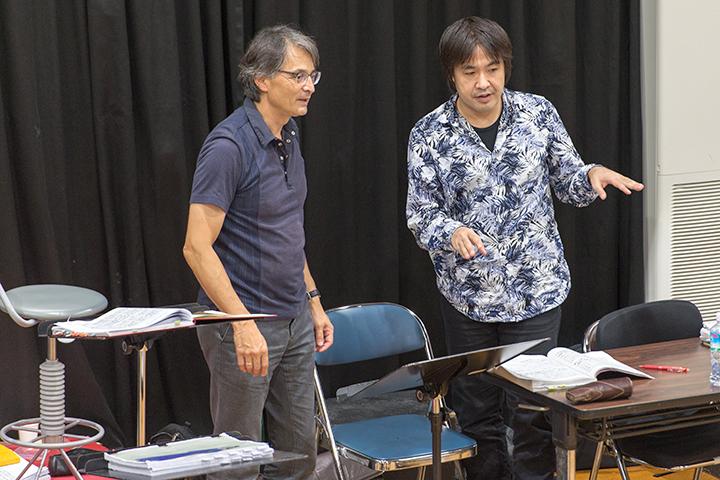 準・メルクルと意見交換する深作健太 Photo:M.Terashi/TokyoMDE