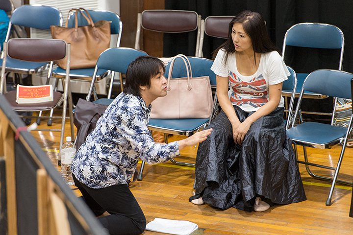 休憩中にもダナエ役林正子に演技指導する深作健太 Photo:M.Terashi/TokyoMDE
