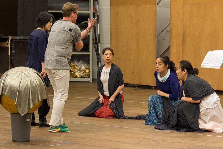 イェレ・エルッキラとラインの娘たち(左から増田のり子、池田香織、清水華澄)
