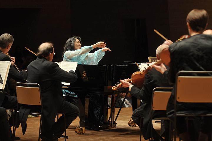 サントリーホールでクリーヴランド管弦楽団を指揮、2010年11月 Piano and conducted by Mitsuko Uchida with the Cleveland Orchestra at the Suntory Hall, November, 2010 ©Suntory Hall