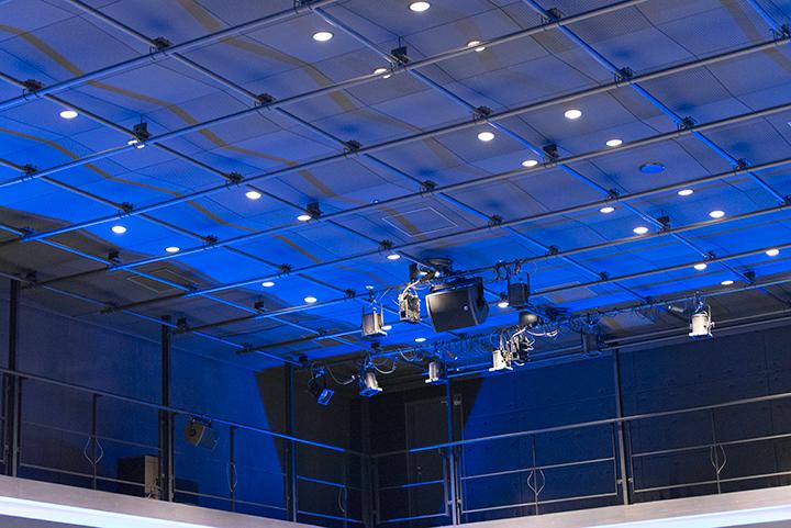 ノースホール天井。ホール全体を照らす照明はいくつかの色を使い分けられる Photo:M.Terashi/TokyoMDE