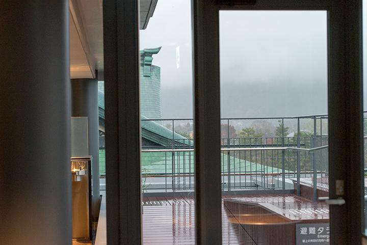 最上階ロビーからは東山の風景が望める Photo:M.Terashi/TokyoMDE