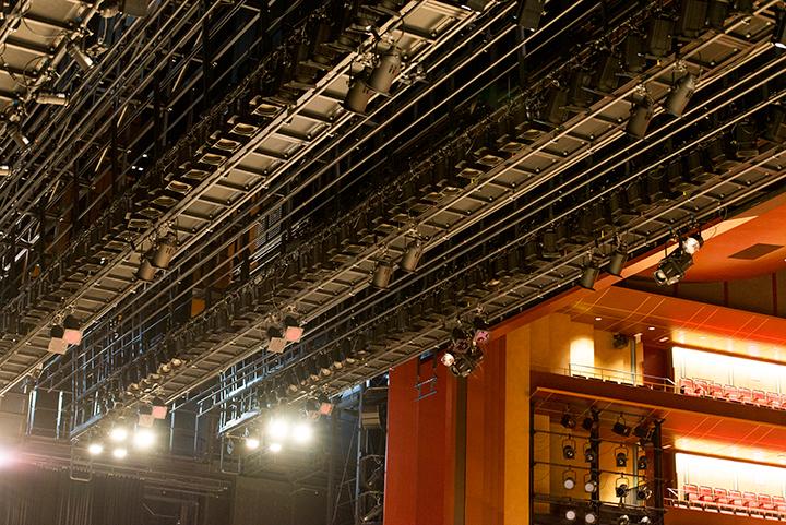舞台上部には多くのバトン類が 備わっているPhoto:M.Terashi/TokyoMDE