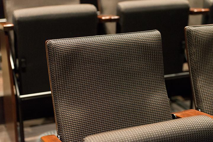 メインホール同様、こちらの椅子もクッション性の高い素材でできている Photo:J.Otsuka/TokyoMDE