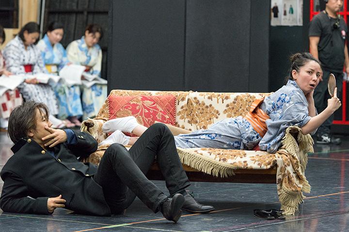 女:吉原圭子(右)