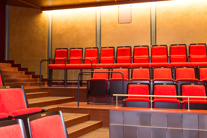 1階一番奥の列は、舞台が見やすいように他よりも少し高目に設置 Photo:M.Terashi/TokyoMDE