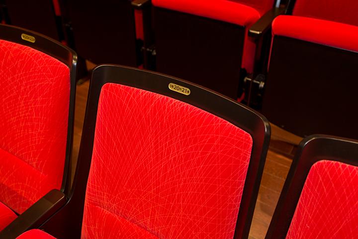 メインホールの椅子はクッション性の高い素材でできている Photo:M.Terashi/TokyoMDE