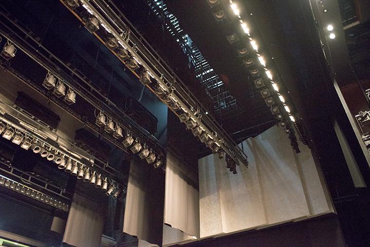 舞台上部機構と、その奥にある白い板は音響反射板 Photo:J.Otsuka/TokyoMDE