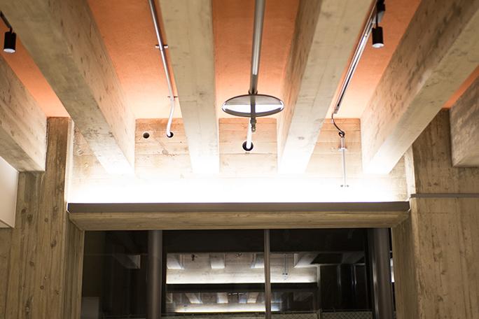インフォメーションのすぐ前にある柱、右にあるのが旧京都会館のもの、左が新しく作られたもの Photo:M.Terashi/TokyoMDE