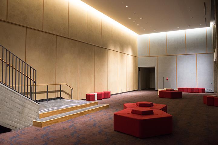 メインホールとサウスホールを結ぶ2階ロビー Photo:M.Terashi/TokyoMDE