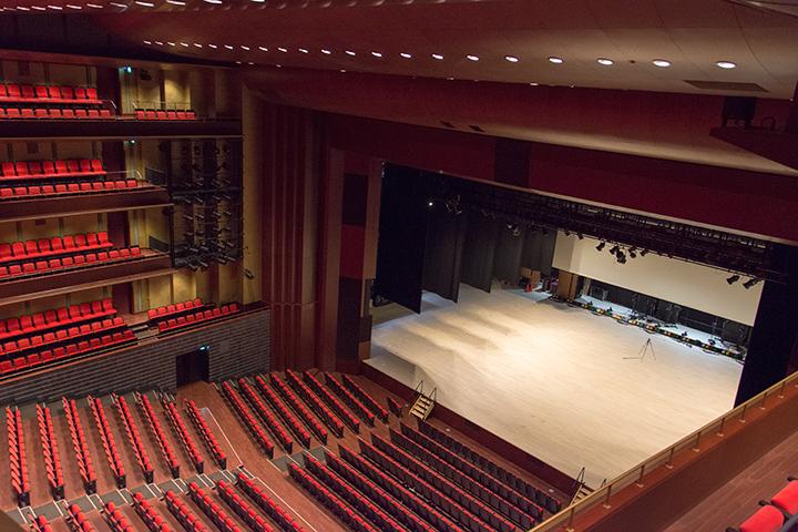 4階席右サイドから Photo:J.Otsuka/TokyoMDE