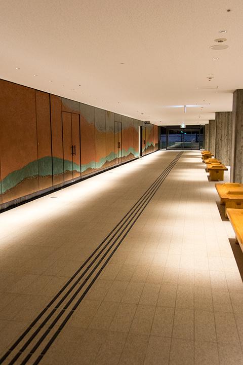 メインホール1階東山側には、東山をイメージした壁画が描かれている Photo:J.Otsuka/TokyoMDE