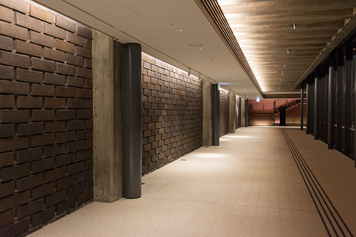 サウスホール側からメインホールにかけてのプロムナード Photo:M.Terashi/TokyoMDE