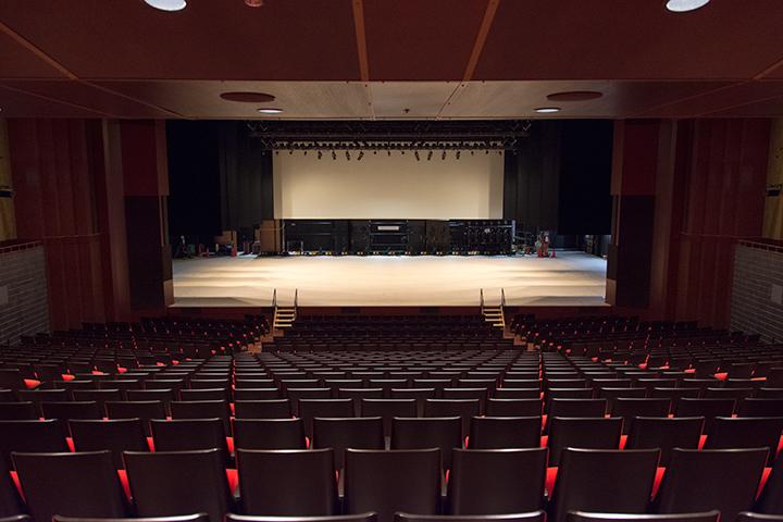 1階奥から見たサウスホール舞台Photo:J.Otsuka/TokyoMDE
