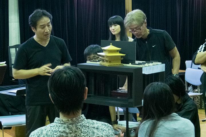 模型を前に説明する田尾下哲(左)