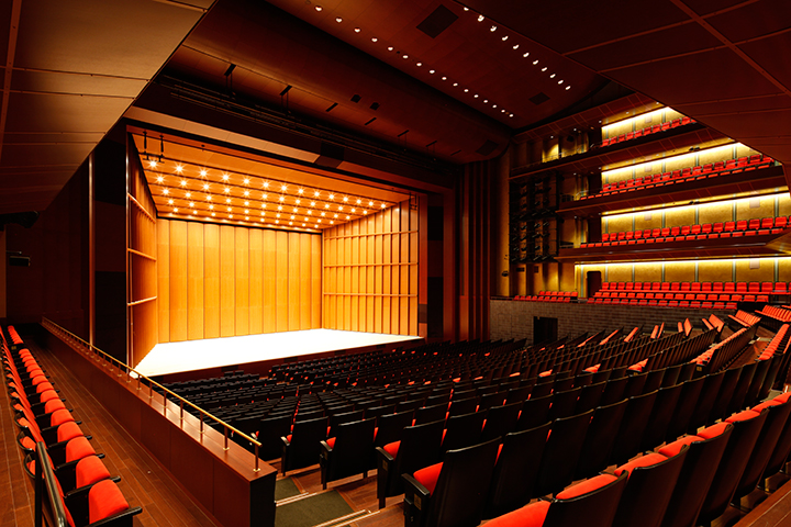 客席下手奥からみたメインホール舞台  ©小川重雄