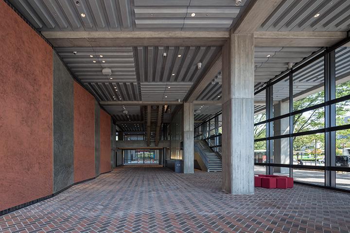 サウスホールロビー。床の色が奥と手前で違うが、奥は旧京都会館から使用されていたものをそのまま残してある   ©小川重雄