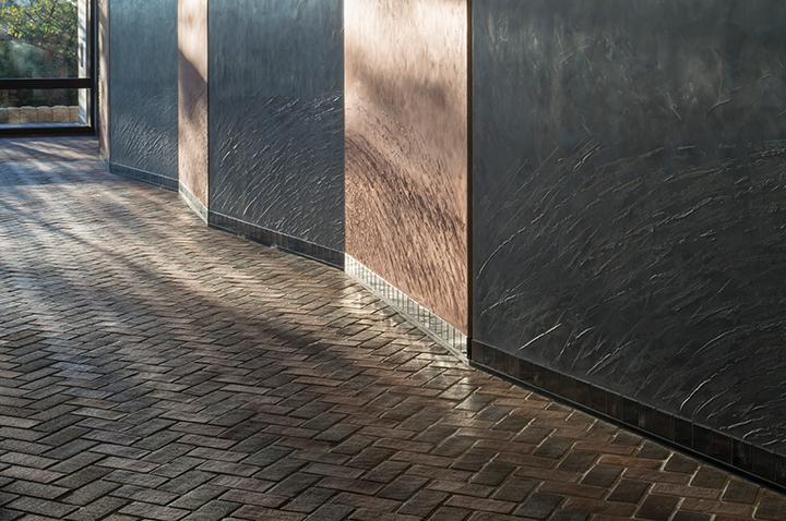 サウスホールロビー壁面 ©小川重雄