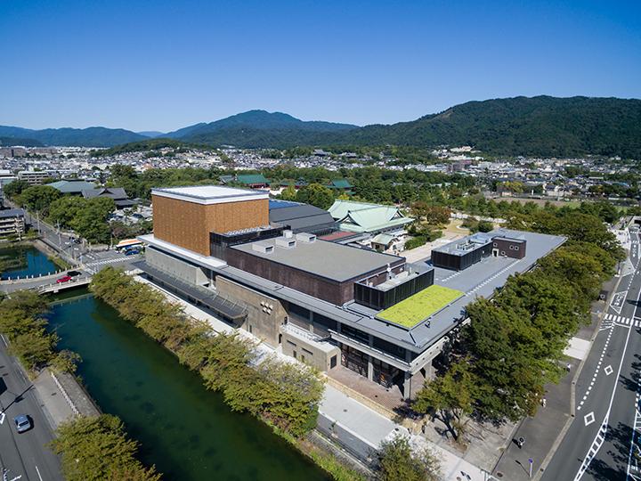 上空から見た外観。右手に東山、奥に見えるのが比叡山  ©小川重雄