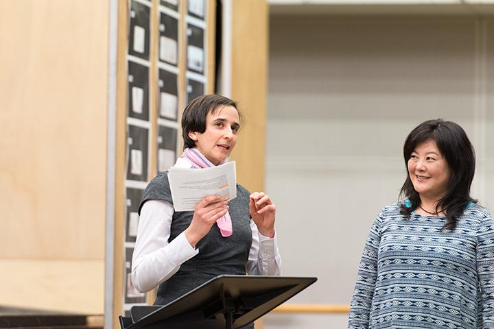 左)演出補のエヴァ・マリア・アベライン