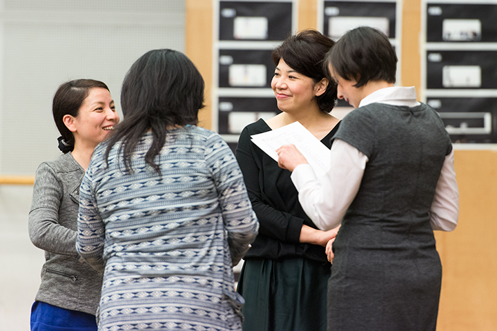 実際に舞台装置上で歌う前に音楽面の打ち合わせ。左)吉原圭子(ヤノ役) 右)小林厚子(イェヌーファ役カヴァー)