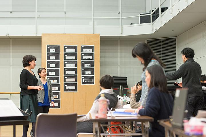 まず音楽稽古から。この日の指揮は石坂宏・音楽ヘッドコーチ。