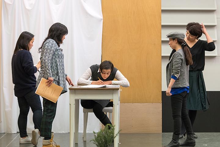 演出補・アベラインが自ら演技し、牧童ヤノの演技を指導