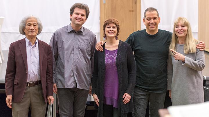 左より)飯守泰次郎オペラ芸術監督、トマーシュ・ハヌス、ジェニファー・ラーモア、ヴィル・ハルトマン、ハンナ・シュヴァルツ
