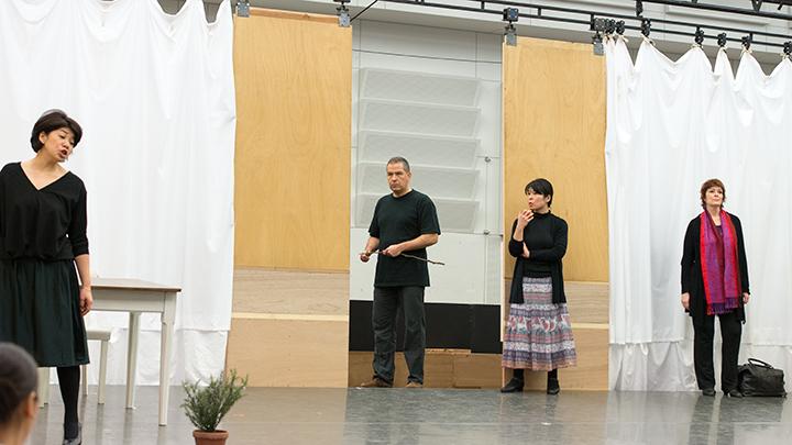 中央左)ヴィル・ハルトマン(ラツァ・クレメニュ)、中央右)小泉詠子(水車小屋の女中バレナ)