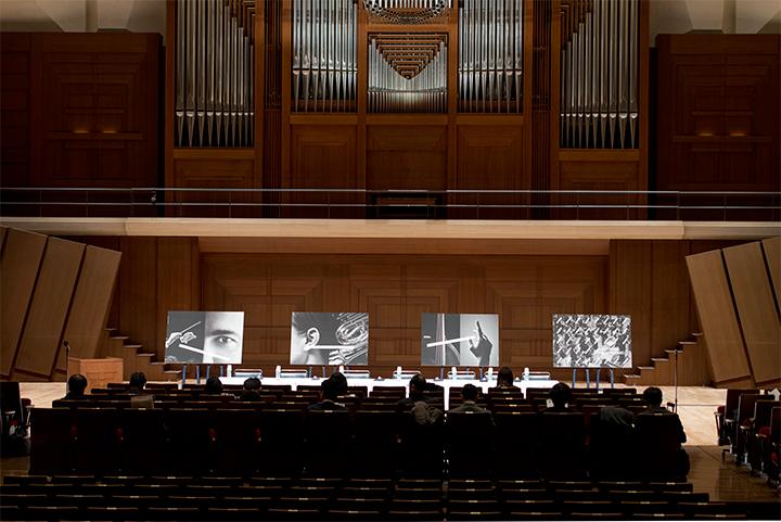 こちらも新機軸を打ち出してか、会見は、同団初の試みとして、すみだトリフォニーホール内の通常は客席部分、オペラ上演の際にはオーケストラピットとなる部分を客席がある状態でステージと同じ高さにして行われた