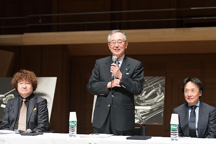 中央)宮内義彦・新日本フィルハーモニー交響楽団理事長