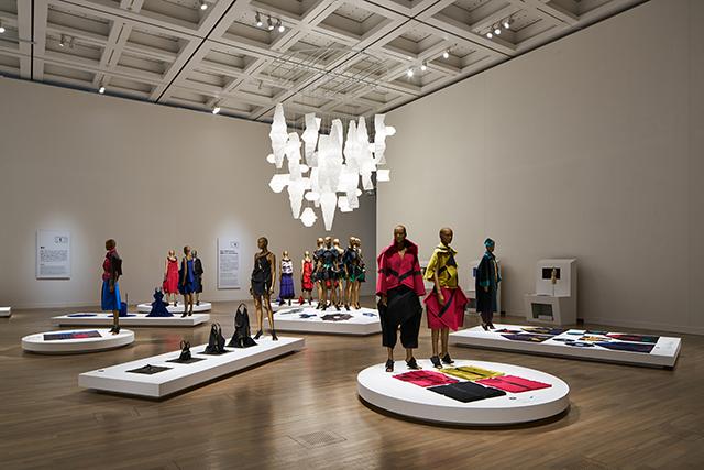 《ルームC》 「132 5.」をテーマにした展示 国立新美術館「MIYAKE ISSEY展: 三宅一生の仕事」 展示風景 撮影:吉村昌也