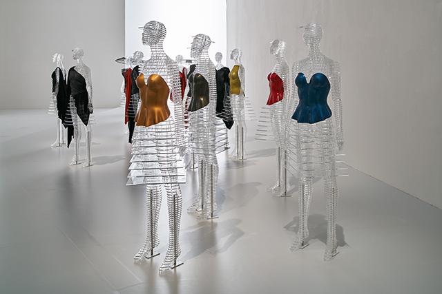 《ルームB》 繊維強化プラスティックを素材に用い成型で仕上げられている「プラスティック・ボディ」 国立新美術館「MIYAKE ISSEY展: 三宅一生の仕事」 展示風景 撮影:吉村昌也