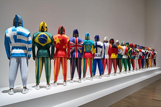《ルームC》「プリーツ」をテーマにした展示  仮想オリンピック:国名をアップリケした後、プリーツで仕上げたジャケット 国立新美術館「MIYAKE ISSEY展: 三宅一生の仕事」 展示風景 撮影:吉村昌也