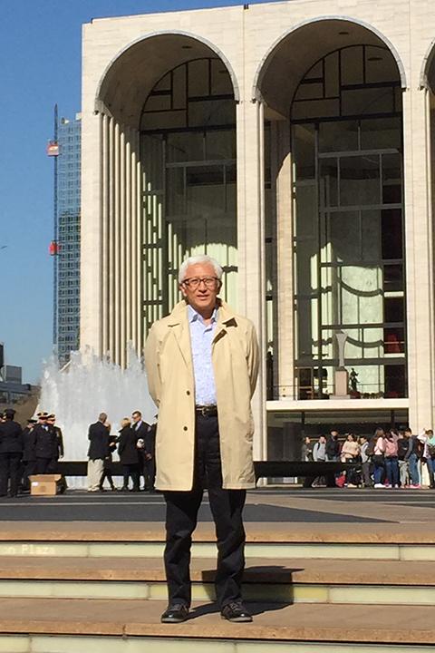 メトロポリタン歌劇場の前で (写真提供:中村時蔵)