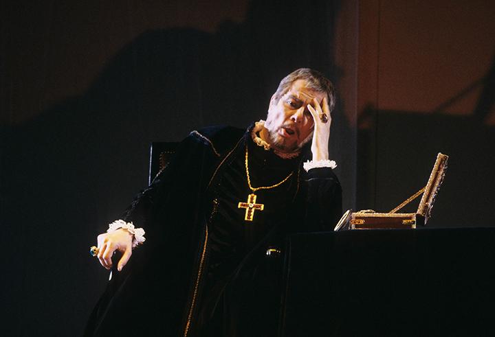サントリーホール ホール・オペラ®《ドン・カルロ》公演(2001年4月4日)より オペラ・ファンの語り草ともなっている、2001年のサントリーホールでのフィリッポ役の名唱から15年。 さらなる円熟を重ね、フルラネットの歌唱と演技は最高潮を迎えている。 写真提供:サントリーホール、ホール・オペラ® 公演
